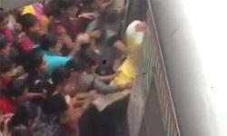命がけの連携プレイ。インドの女性たちの列車搭乗シーン