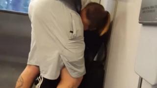 【性獣】チ○ポを咥えたくて仕方ないBBAが電車で強硬手段に。(動画)