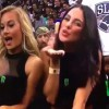 【動画】何かのスポーツ中継で美女の投げキッスに衝撃的なものが映り込む…。
