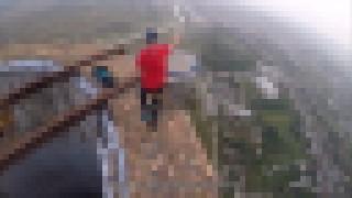 【衝撃動画】高さ256メートルの煙突上で一輪車乗ったり大道芸するクレイジーな男。