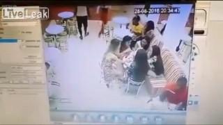 【動画】ガールフレンドとアイスクリーム食べてたら襲撃される。
