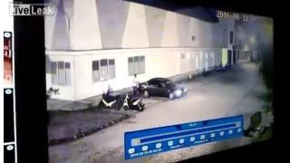 【動画】よほどストレスが溜まっていたのだろうか…。夫を乗用車で潰してしまう妻。