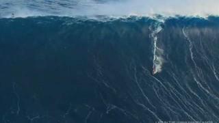 【衝撃動画】ハワイで超巨大な波に乗りサーフィンする『Yuri Soledad』。