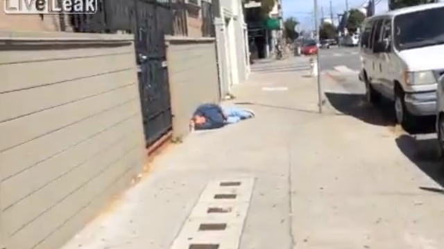 【オモシロ動画】どんな夢見てるのかとても気になるw路上で酔いつぶれてるおじさんw