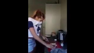 【イタズラ動画】ボーイフレンドに犬のウ○コを具にしたサンドイッチを振る舞いまーすwwwww