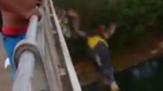 酔っぱらった男が橋から川に飛び込むがそのまま沈み死亡