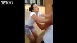 【ケンカ動画】ケンカ売る相手が悪かった…。一発でノックアウトされてしまう女の子。