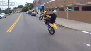 【衝撃動画】街中にてウィリー走行で凄テクを見せつけてくれる海外のライダーの動画w