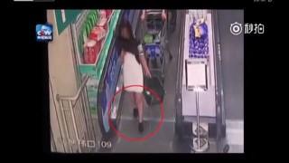 【事故動画】またもや殺人エスカレーターか!?中国にて靴ひもが絡まってしまう女の子が。