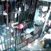 【監視カメラ動画】受刑者に食事を与えていた女性看守が襲われる…。