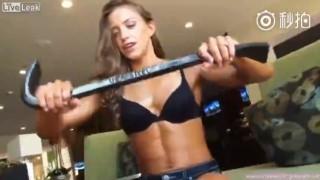 【動画】笑顔と筋肉がとても魅力的な美女が鉄の棒を捻じ曲げるwww