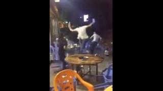 【衝撃動画】中国のオープンカフェ?みたいなところでマンガみたいな乱闘騒ぎが…。