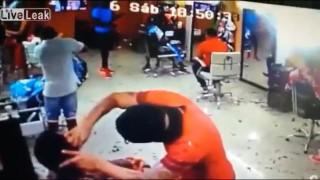 【閲覧注意】ヘルメットのヒットマンが散髪中の男性を一発で銃殺する…。
