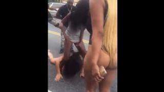 【動画】露出の激しい服装のままガチでケンカする売春婦同士www