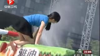 【エロ注意】中国のTV番組のサ○ケ的なゲームで素朴な少女が見事な谷間披露しちゃってるぞwww