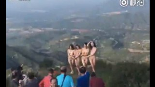 【アート】芸術作品として観光地らしき丘で全裸で女性モデルたちがポージングwww