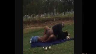 【エロ注意】公園で堂々と青姦セックスに励む中年カップルwww