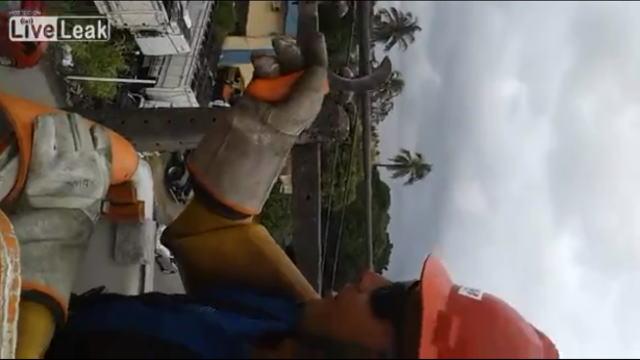 高圧電線の作業をしているブラジルの電気工事士の画像