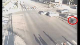 【事故動画】交差点で自動車が吹っ飛ぶほどのスピードで接触事故を起こしたバイク。