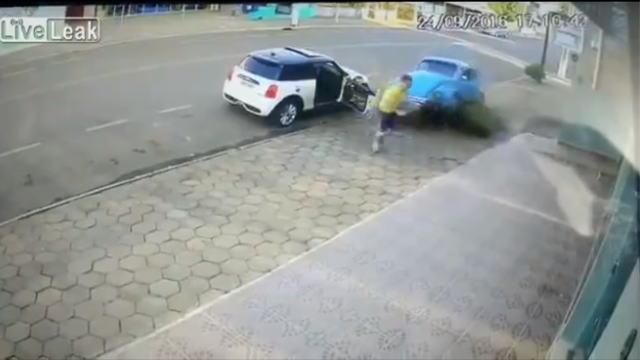 暴走車が突っ込んでくる瞬間の画像