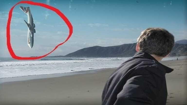 旅客機が海に垂直落下してる画像