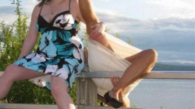 大開脚でひっくり返る女性