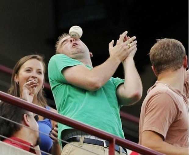 野球ボールがぶつかってる男性