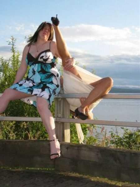 ひっくり返るスカートの女性