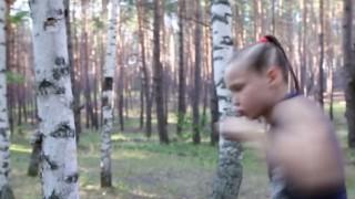 """""""世界最強"""" と噂の9歳の女の子。素手で木をボロボロにする…(動画)"""