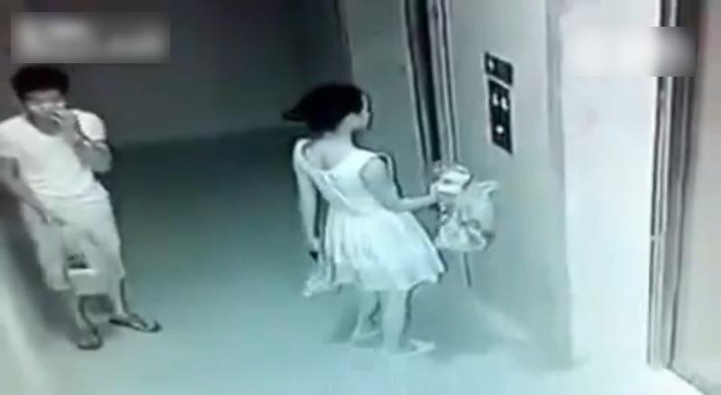 女性器まで触られ・・・頭おかしい男に狙われた女の子の映像をご覧ください