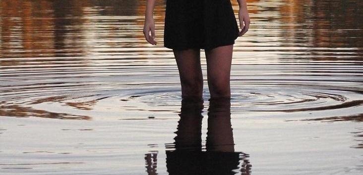 女子高生「写真撮ろー」⇒ 全裸の男が背後に映り込んだ写真がTwitterで話題に