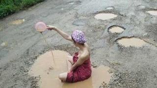 水たまりで入浴する海外の女性たち(画像5枚)