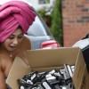 バスタオル1枚の女性が荷物をポロリした拍子におっぱいもポロリ。(画像7枚)