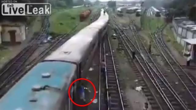 列車に飛び乗る男性の画像