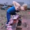 【衝撃動画】自慢のおっぱいで沢山の缶ビールを破裂させてしまう女性w