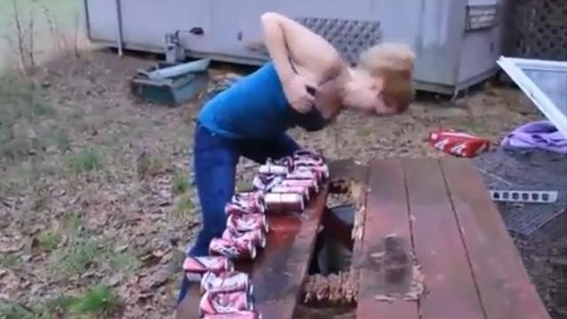 自慢のおっぱいで缶ビールを破裂させる女性