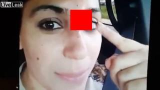 【動画】フライフィッシングのルアーが鼻に刺さったまま自動車を運転する美女。