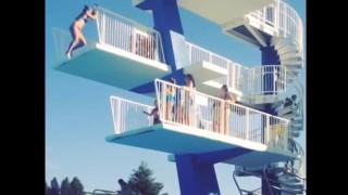 【動画】飛び込み台からの飛び込みでビキニ女性が失敗…。