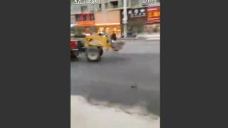 【動画】街中で暴走するブルドーザー、追いかける男性を尻目にぐるぐる回り続けるwww