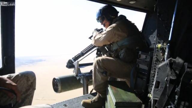 海兵隊ヘリコプターで実弾射撃演習してる画像