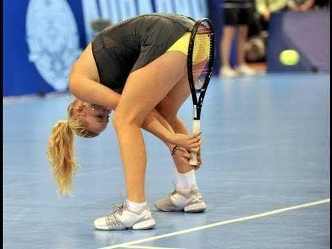 テニスの女子選手がオモシロいレシーブしてる画像