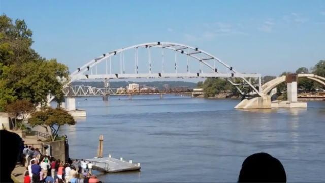 橋の爆破解体する直前の画像