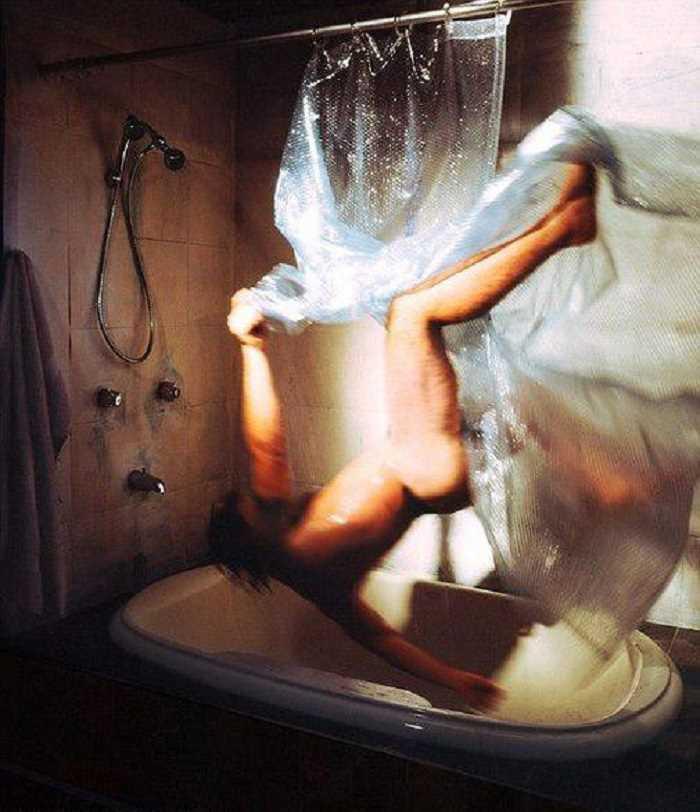 バスルームでずっこける男性