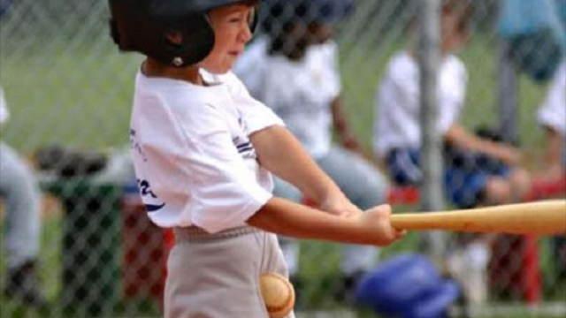 野球少年の股間にボールがクリーンヒットしたデッドボール