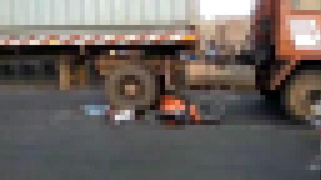 大型トラックに踏み潰されている男性※モザイク有