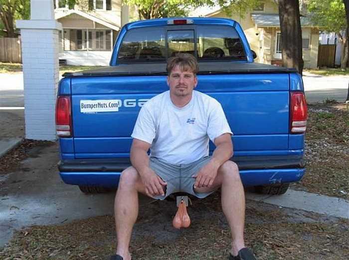 ピックアップトラックに座った男性に金玉がぶら下がっているように見える画像