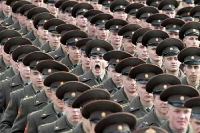 綺麗にそろった隊列に一人あくびをする兵士が