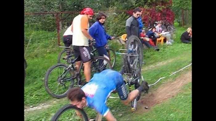 マウンテンバイクが真っ二つに割れて壊れ転倒したらタイヤが顔面に直撃する