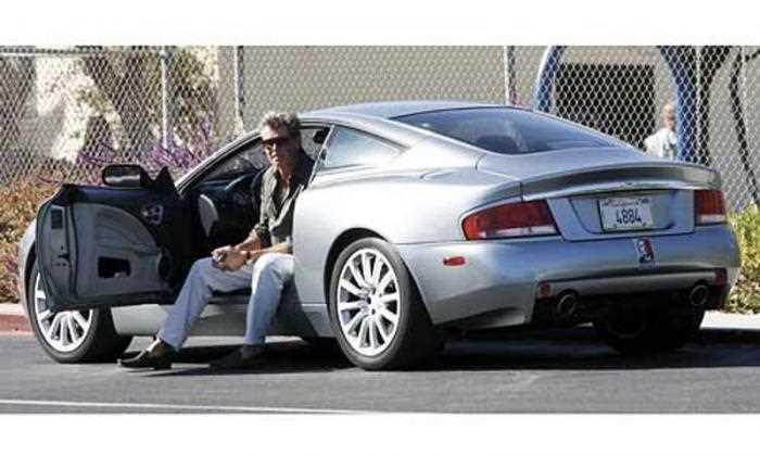 ピアース・ブロスナンと愛車『アストンマーティン ヴァンキッシュ』の画像