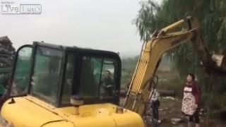 【衝撃動画】ショベルカーで人が吹っ飛ばされるの初めて見た。